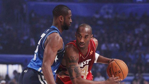 Kobe Bryant (vpravo) dal 27 bodů a dostal se před Michaela Jordana na první místo historické tabulky střelců.