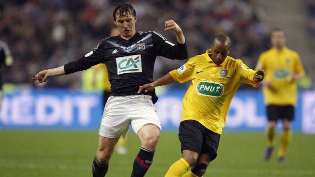 Lyonský Kim Kallstrom (vlevo) v souboji s Abdelem Majidem Ouahbim z Quevilly ve finále Francouzského poháru.