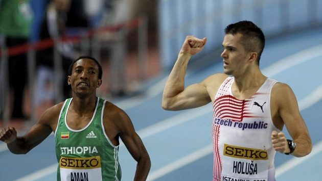 Jakub Holuša (vpravo) při postupu do semifinále na 800 metrů na HMS v Istanbulu. Vedle něho pozdější vítěz finále Mohammed Aman z Etiopie.