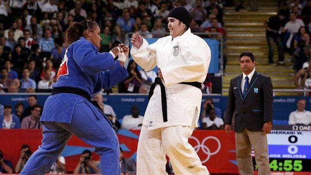 Saúdskoarabská judistka Vuddžan Šaharkáníová (vpravo) při olympijském duelu proti Melisse Mojicové z Portorika.