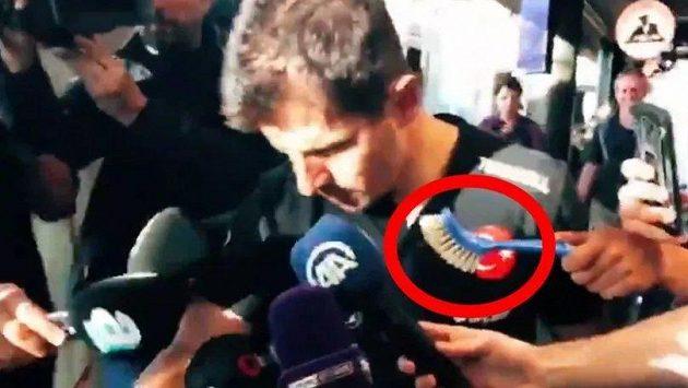 Jeden z mužů při rozhovoru s kapitánem tureckého týmu Emrem Belözogluem držel místo mikrofonu kartáč.