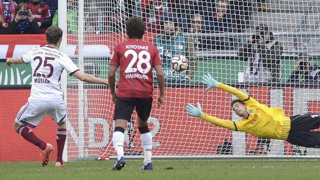 Fotbalista Bayernu Mnichov Thomas Müller proměňuje penaltu proti Hannoveru.