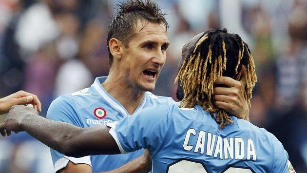 Luis Pedro Cavanda (vpravo) z Lazia Řím oslavuje s Miroslavem Klosem gól.
