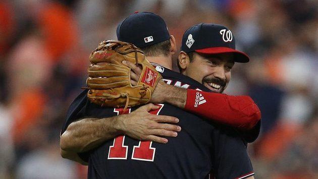 První meta Washingtonu Nationals Ryan Zimmerman a třetí meta Anthony Rendon se radují z vítězství prvního zápasu Světové série MLB proti Houston Astros.
