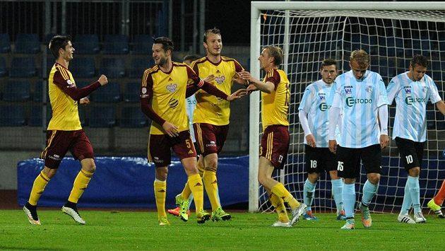Fotbalisté Dukly (vlevo) se radují z prvního gólu v Ústí nad Labem. Čtvrtý zleva je jeho autor, útočník Tomáš Berger.
