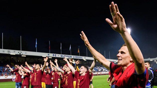 Bořek Dočkal ze Sparty Praha během oslav vítězství a zisku trofeje ve finále MOL Cupu v Liberci.