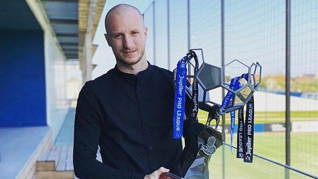 Útočník Brugg Michael Krmenčík s pohárem pro mistra Belgie.