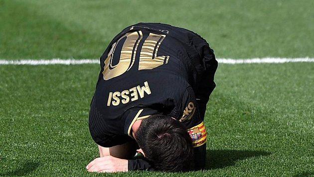 Barcelonská hvězda Lionel Messi se svíjí na zemi po jednom z faulů.