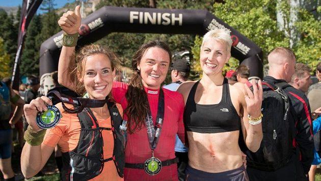 Zuzana Kocumová (uprostřed) slaví titul světové královny Spartan Race.