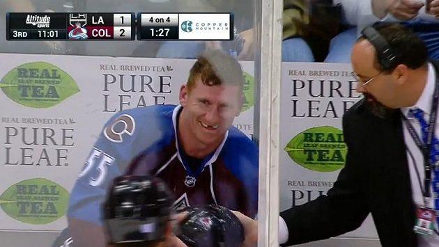 Útočník Cody McLeod z Colorada vyfasoval na trestné lavici helmu nehrajícího spoluhráče, což mu evidentně udělalo radost.