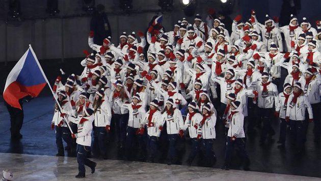 Česká výprava při slavnostním zahájení olympijských her, vlajku nese Eva Samková.