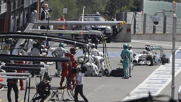 Brit Lewis Hamilton ze stáje Mercedes zajíždí do boxů kvůli defektu zadní pneumatiky.
