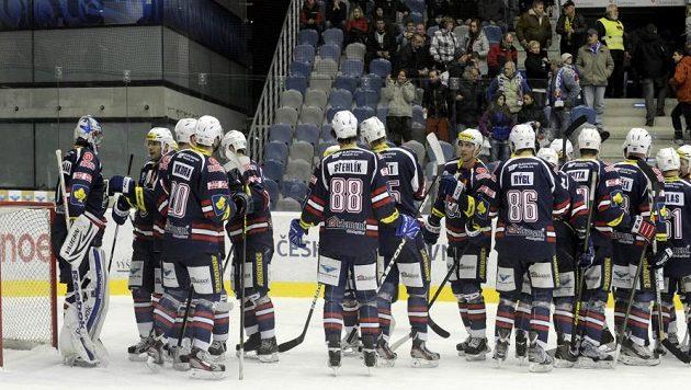 Chomutovští hokejisté se radují z výhry nad Zlínem.