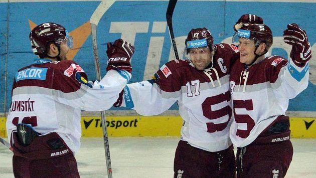 Sparťané (zleva) Petr Kumstát, Jaroslav Hlinka a Miroslav Forman se radují z gólu.