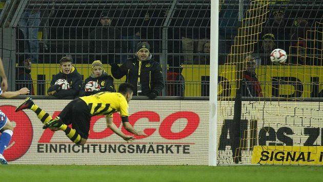 Záložník Borussie Dortmund Ilkay Gündogan střílí gól do sítě Hoffenheimu v předehrávce 14. kola bundesligy.