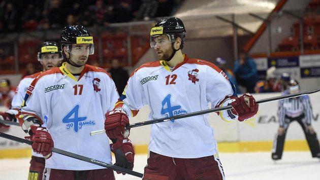 Hokejisté Olomouce Dávid Buc (vlevo) a Jan Knotek.