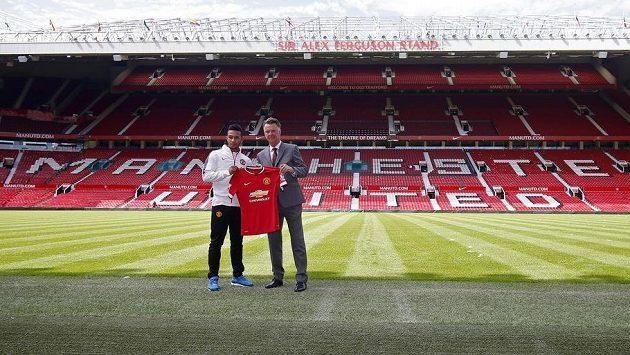 Jedna z předsezónních posil Manchesteru United Memphis Depay (vlevo). Vpravo je trenér Rudých ďáblů Louis Van Gaal.