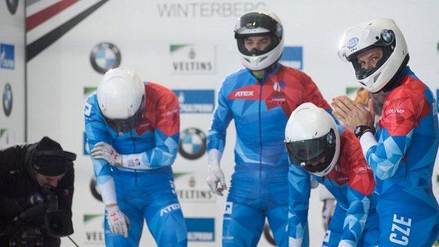 Český čtyřbob se připravuje na svou jízdu. Úplně vpravo pilot Dominik Dvořák.