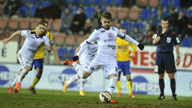 Záložník Slovácka Luboš Kalouda (vpředu) proměňuje penaltu v předehrávce 23. kola Synot ligy s Teplicemi.