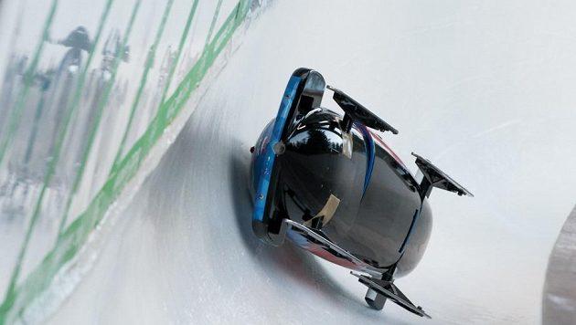Noži vzhůru se ve Whistleru klouzal ledovým korytem také český dvojbob pilotovaný Dominikem Dvořákem.