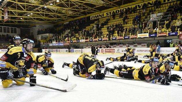 Konečně výhra. Hráči Litvínova si užívají vítěznou euforii.