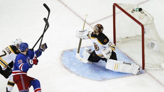 Gólman Bostonu Tuukka Rask inkasuje v prodloužení gól z hole Chrise Kreidera z New Yorku Rangers, jenž přelstil obránce Dougieho Hamiltona.