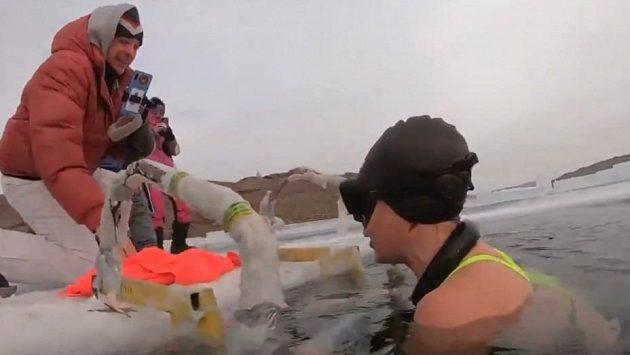 Ruská plavkyně Jekatěrina Nekrasová překonala rekord v plavání pod ledem.