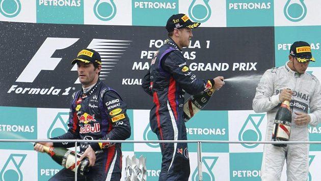 Zleva Mark Webber, Sebastian Vettel a Lewis Hamilton na stupních vítězů.