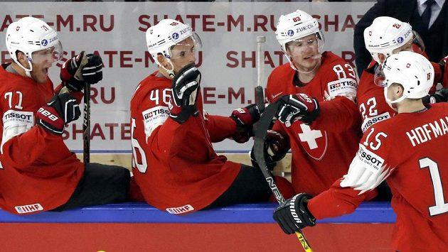 Švýcarský hokejista Gregory Hoffman slaví se spoluhráči gól v síti Francie v utkání mistrovství světa.