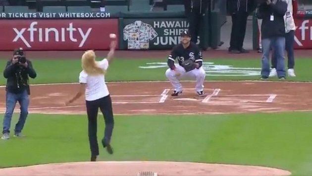 Zaměstnankyně měsíce klubu Chicago White Sox hází zahajovací nadhoz utkání MLB.