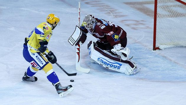 Zlínský Roman Vlach ještě v dresu Zlína v utkání se Spartou, teď už nastupuje v extralize za Olomouc