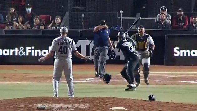 Baseballista Gabriel Gutierrez hází pálku po nadhazovači Brandonovi Quinterovi v utkání mexické ligy.