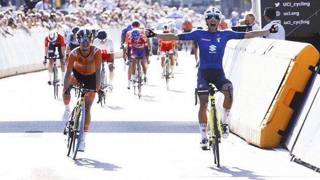 Italka Elisa Balsamová (vpravo) slaví vítězství na MS v cyklistice. Na záběru s Marianne Vosovou, jež skončila druhá.
