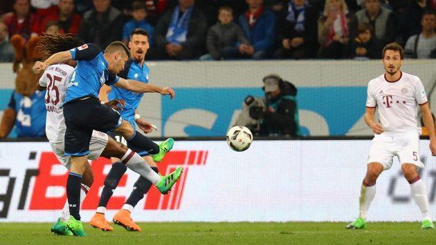Střelec TSG Hoffenheim Andrej Kramarič střílí na branku Bayernu v utkání bundesligy.