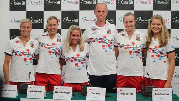 Andrea Hlaváčková (vlevo), vedle ní Lucie Hradecká, dále pak Klára Zakopalová, kapitán fedcupového týmu Petr Pála, Petra Kvitová a Lucie Šafářová.