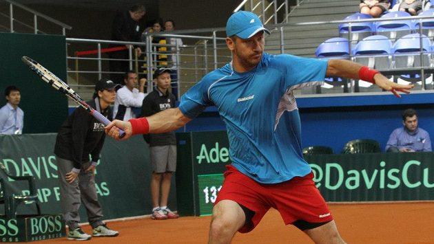 Tenista Jan Hájek v utkání proti Michailu Kukuškinovi