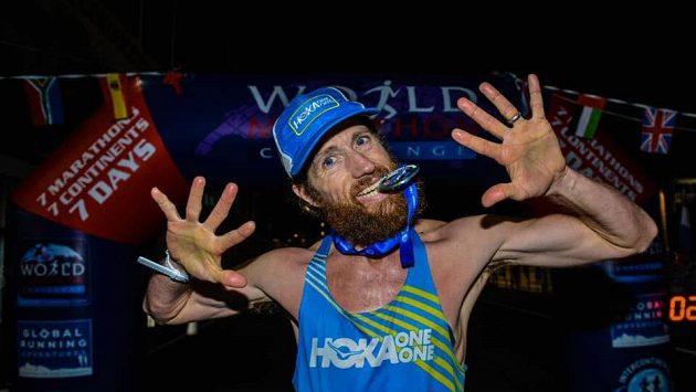 Michael Wardian oslavuje triumf v extrémním závodu sedmi maratonů v sedmi dnech na sedmi kontinentech.