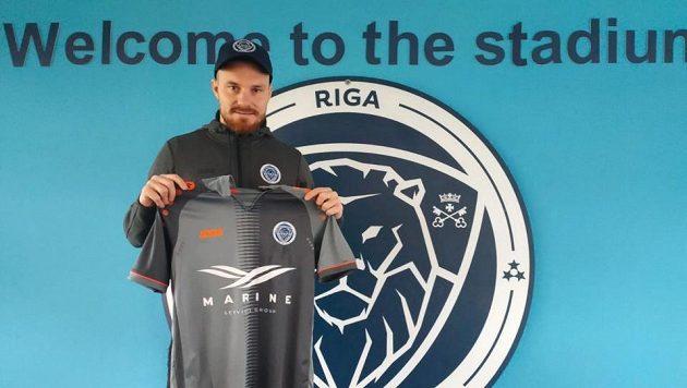Záložník Jakub Hora po podpisu smlouvy s FC Riga.