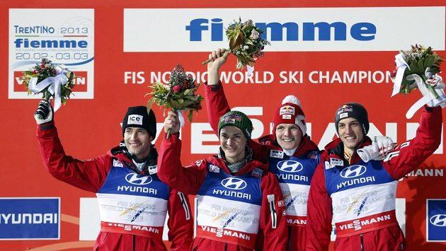 Rakouští skokané na lyžích vyhráli na mistrovství světa ve Val di Fiemme závod družstev. Zleva Wolfgang Loitzl, Manuel Fettner, Thomas Morgenstern, Gregor Schlierenzauer.