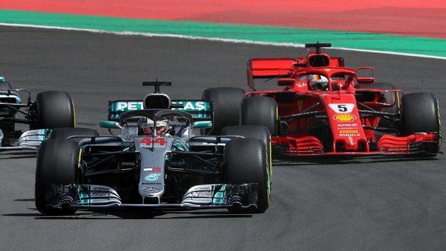 Lewis Hamilton v čele Velké ceny Španělska, druhý Sebastian Vettel.