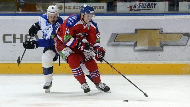 Hokejista Martin Cibák (vlevo) z Nižněkamsku a Jiří Sekáč z HC Lev Praha v utkání KHL.