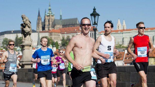Závodníci Pražského maratónu na Karlově mostě.