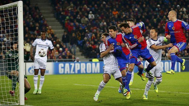 Brankář londýnské Chelsea Petr Čech zasahuje v utkání proti Basileji.