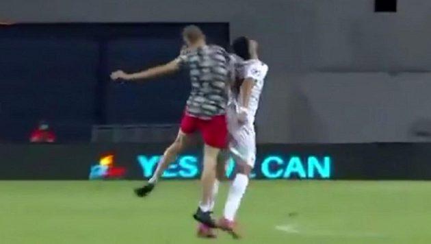 Fanoušek napadá na hřišti fotbalistu Hapoelu Tel Aviv.