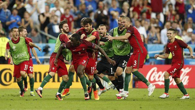 Portugalec Éder oslavuje svou trefu ve finále ME proti Francii.