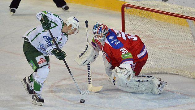 Antti Pihlström z Ufy (vlevo) se snaží překonat brankáře Lva Praha Petriho Vehanena.