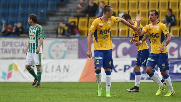 Autor úvodní branky utkání, teplický Michal Jeřábek (vlevo), se raduje se spoluhráči. Bohemians zpytovali svědomí.