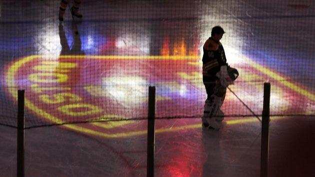 Brankář Bostonu Bruins Tuukka Rask při ceremoniálu na počest hasičům, kteří nepřežili zásah při požáru.
