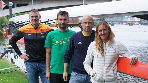 Zleva skifař Ondřej Synek, dvojskifaři Michal Plocek a David Jirka a skifařka Miroslava Knapková před nadcházejícím ME ve veslování.
