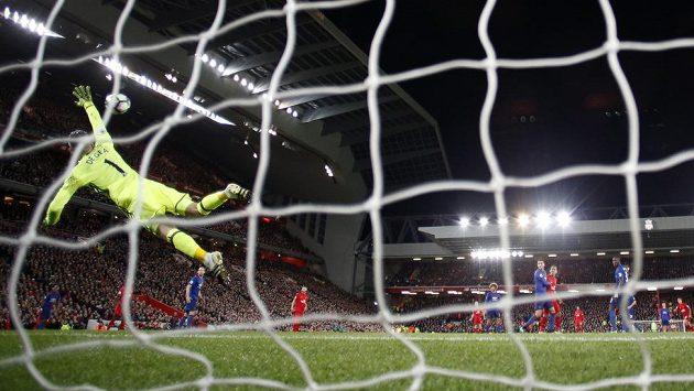 Brankář Manchesteru United David de Gea vyráží pokus Philippa Coutinha z Liverpoolu.